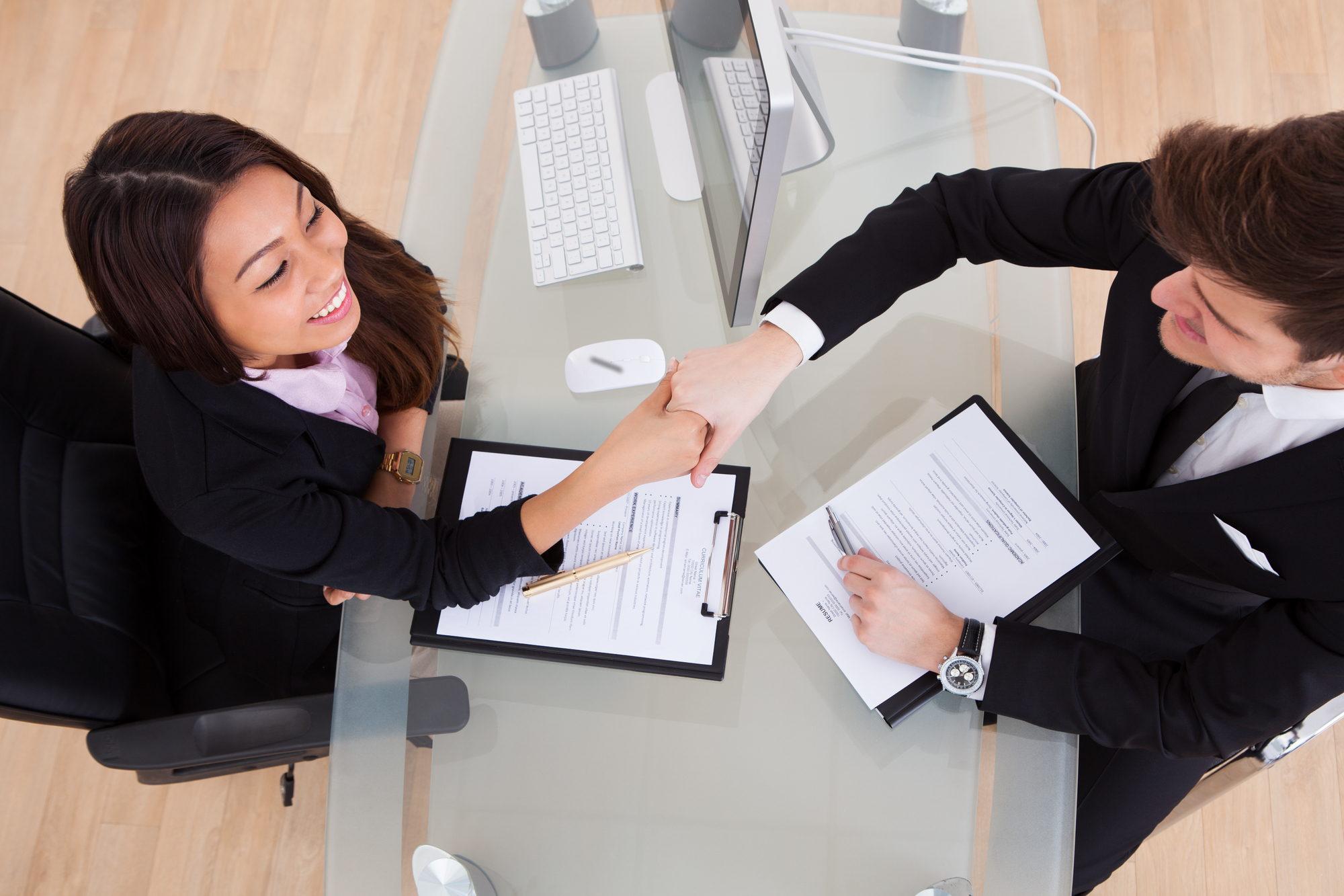 un apretón de manos entre dos personas acordando los niveles de servicio