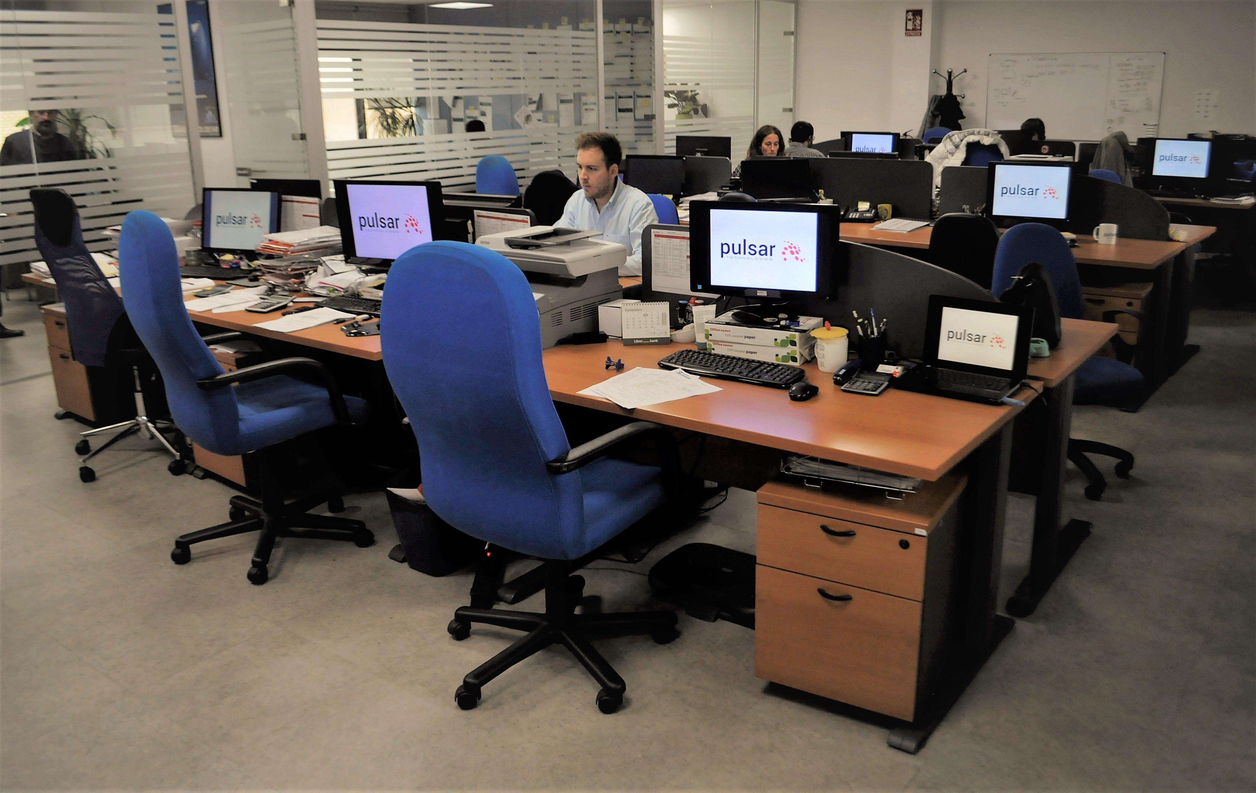 gente trabajando en sus mesas en la oficina